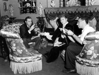 http://acertaincinema.com/media-tags/gaslight-1944/ Charles Boyer, Ingrid Bergman, and George Cukor take a look at film from Gaslight