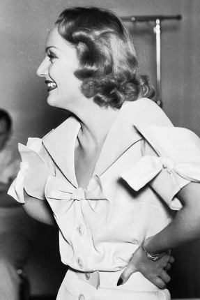 via: http://bettesdavis.tumblr.com/post/79714382835/carole-lombard-on-the-set-of-hands-across-the