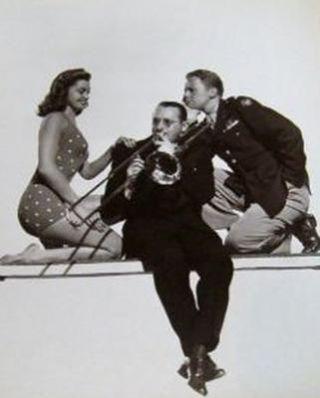 via: http://dawnschickflicks.blogspot.com/2012/02/great-on-screen-couples-esther-williams.html