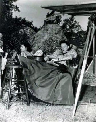 via: http://gummgarland.tumblr.com/post/22313613507/behind-the-scenes-of-the-harvey-girls
