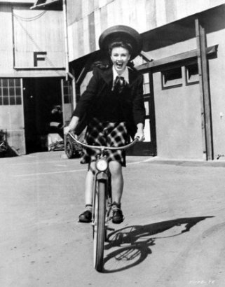 via: http://www.classicmoviehub.com/blog/classic-movie-pictorials-ginger-rogers-on-the-set-guest-post-by-ron-fisher/